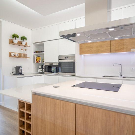 Ângela Pinheiro - Decoração de Interiores - Home Design - Decoração de Interiores - Cozinha em Branco e Carvalho