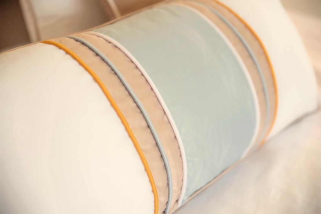 almofada de cama dourado e azul