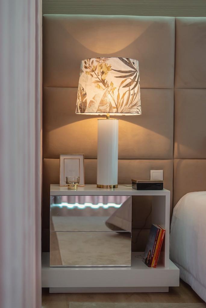 mesa de cabeceira em quarto elegante